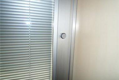 پرده کرکره شیشه دو جداره 380x256 - پرده های کرکره در بین شیشه های دو جداره چه مزیتی دارد؟